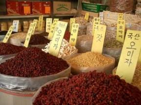 צמחי מרפא ותבלינים בשוק במזרח הרחוק. מקור: ויקיפדיה ברשיון cc2-by-s צילום: Fred Ojardias